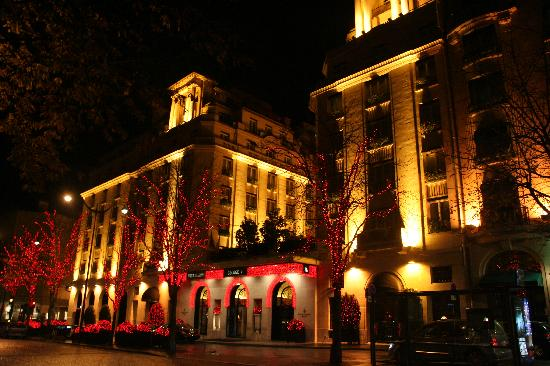 Four Seasons Hotel George V Paris: Front of George V at night