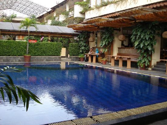 Mutiara Hotel: the hotel pool
