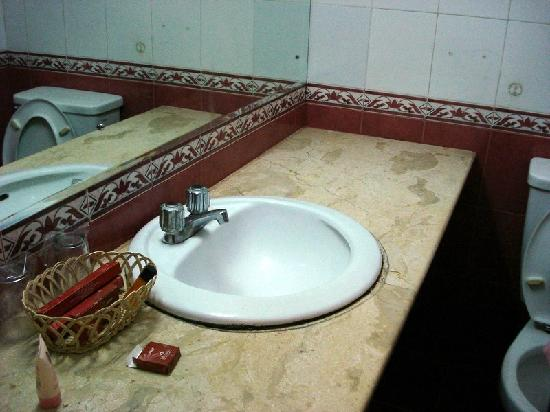 Mutiara Hotel: the bathroom