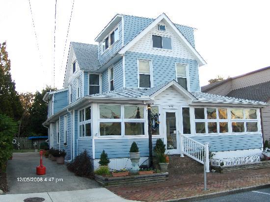 Lighthouse Inn Bed & Breakfast: A wonderful beach house B&B
