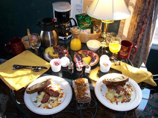 HideAway Country Inn: Our very good breakfast