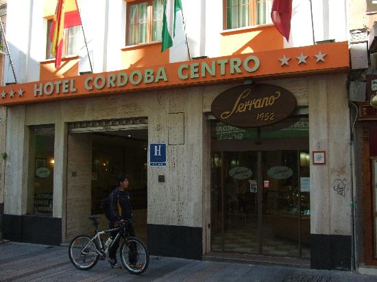 Cordoba Centro: View of the entrance with coffee shop