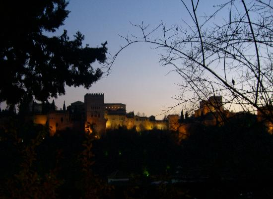 Carmen de la Victoria : View of Alhambra at Dusk