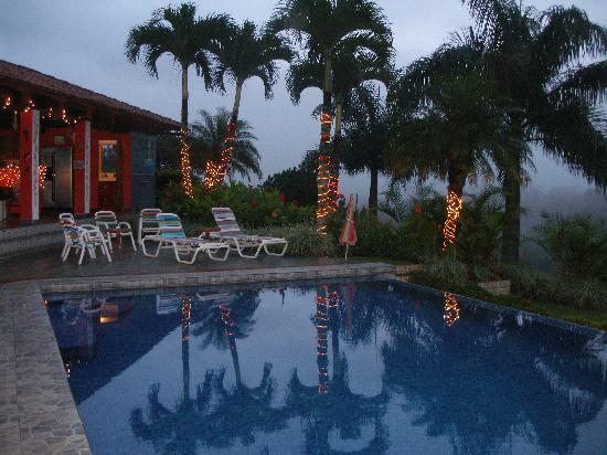 Posada Mimosa: the pool after sunset