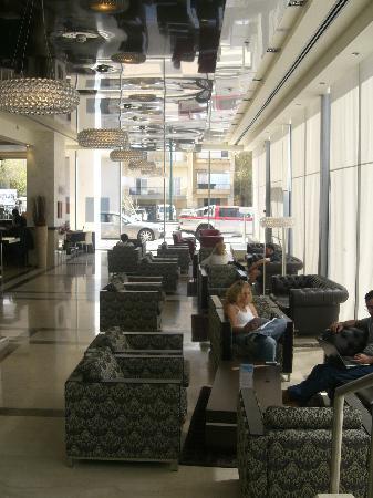คราวน์พลาซ่า เทลอาวีฟ: lounge / bar