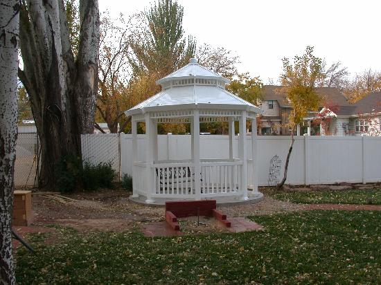 Anniversary House: nice rooms and a gazebo too!
