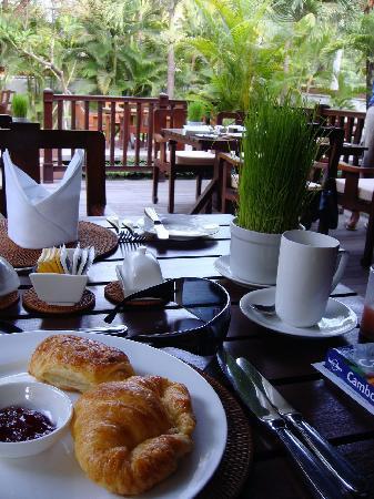 Belmond La Résidence d'Angkor: breakfast on the verandah