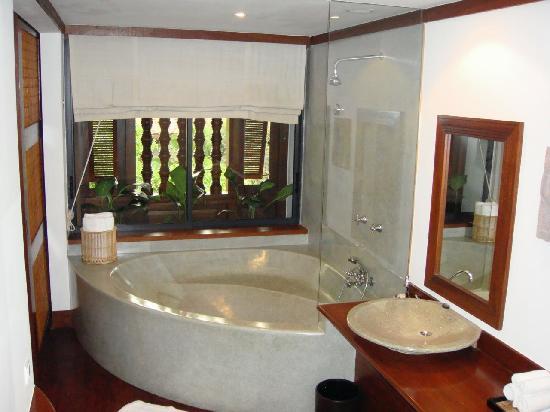 Belmond La Résidence d'Angkor: bathroom with the divine bath