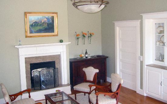 Fog's End Bed & Breakfast: Formal Dining and Gathering room