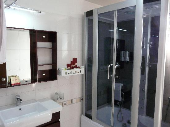 Hanoi Elegance Ruby: Clean and Modern Bathroom