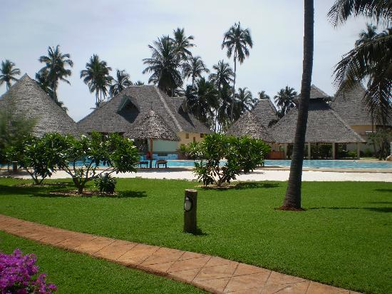 Neptune Pwani Beach Resort & Spa: bar e piscina