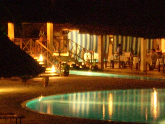 Neptune Pwani Beach Resort & Spa: piscina di notte