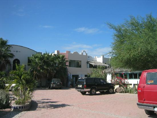 Casabuena Bed and Breakfast: parking courtyard