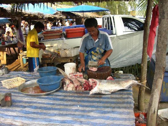 Khaolak Orchid Beach Resort: khuk-khak market