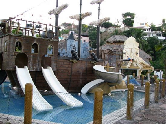 Hotel Vista Playa de Oro Manzanillo: pirate ship that filled the pool!