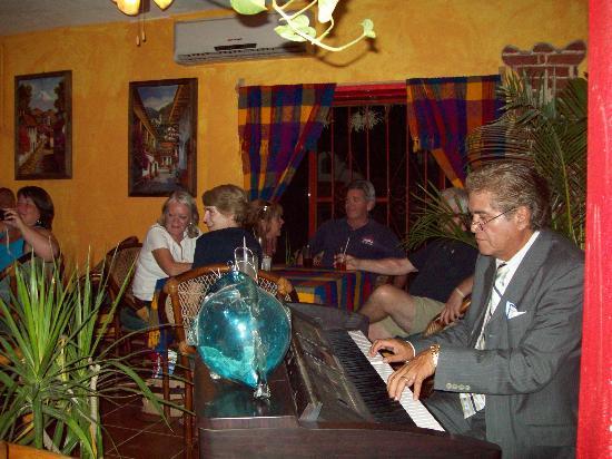 La Cruz de Huanacaxtle, México: Pianist