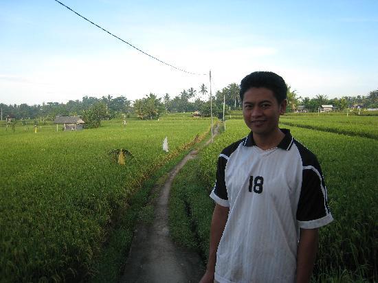 โรงแรมวากา นัมยา: Our guide on the rice paddy trek