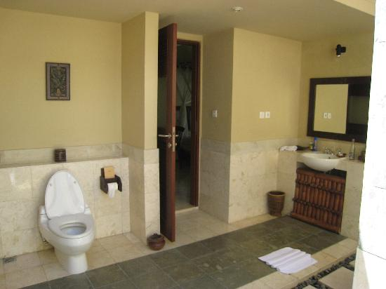 โรงแรมวากา นัมยา: Outdoor bathroom - don't worry, the walls are high!