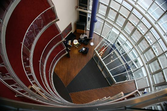 NH Dresden Neustadt : Looking down on the lobby