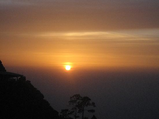 Vaishno Devi Mandir: View of the sun from vaishno devi