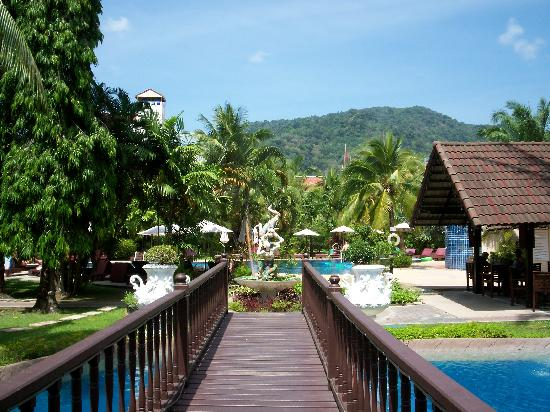 Patong Bayshore Hotel : Walking to the pool