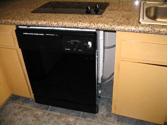 Days Inn Mission Valley Qualcomm Stadium/ SDSU: Dishwasher needs a cabinet spacer