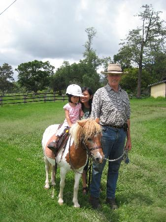 Cedar Glen Farmstay : Peter Stephens and a small girl with a small horse