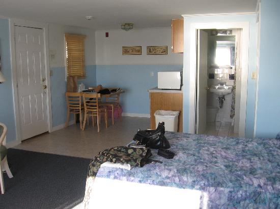 The Seaside Inn: kitchenette