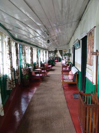 Hotel Alice Villa: The main hallway of the Alice from the entrance