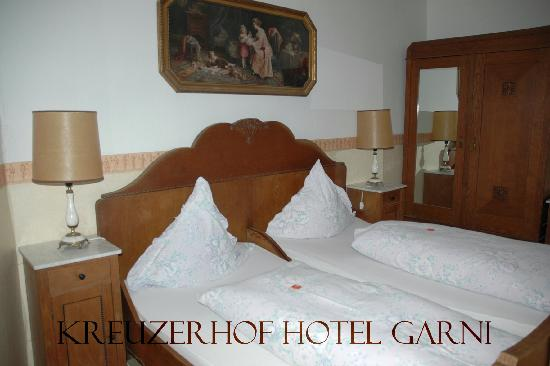 Hotel Garni Kreuzerhof: Large room, comfortable beds.