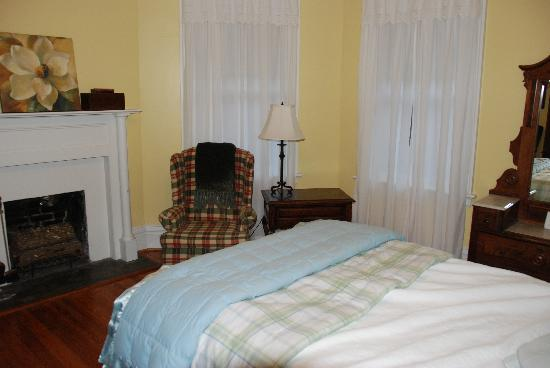 North Street Inn Bed & Breakfast: Large guest room with private bath (I straightened the bed)