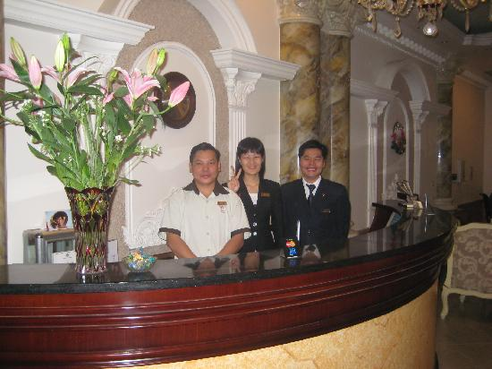 Hanoi City Palace Hotel : the friendly front desk staff