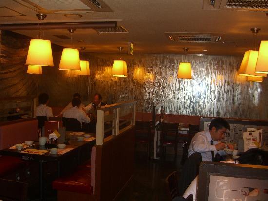 Nabezo: 平日のランチの店内です。