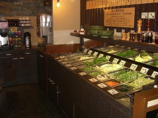 Nabezo: 野菜とドリンクはバイキング形式です。