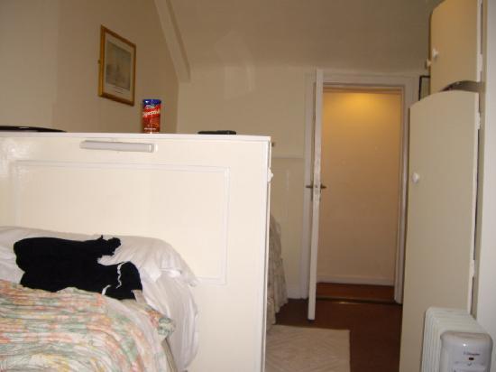 Dergvale Hotel: En suite - bathroom to the left