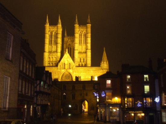 Creston Villa Guest House: Lincoln cathedral at night