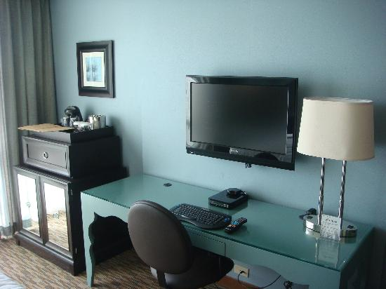 Crowne Plaza Lombard Downers Grove: desk and tv