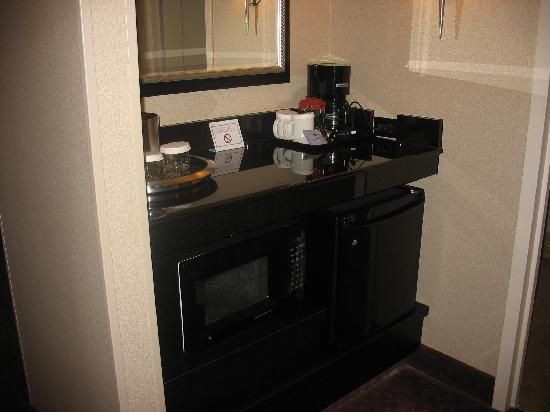 Crowne Plaza Portland-Downtown Convention Center: The foyer, with fridge and microwave