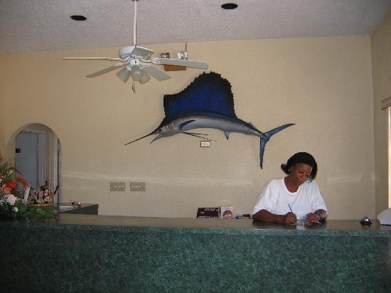 Ingraham's Beach Inn : Maria at the front desk
