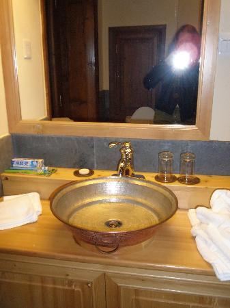 Songtsam Shangri-la (Lvgu) Lodge: the bathroom