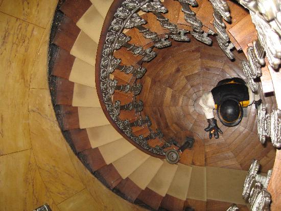 Le Belvedere Bed and Breakfast : The stunning staircase (viewed looking down)