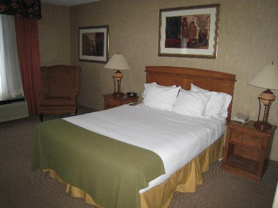 Holiday Inn Express: Room 425 - Bed