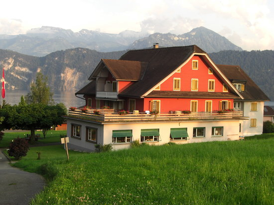 Weggis, Suiza: Hotel Friedheim in the late evening summer sun