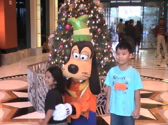 Disney's Hollywood Hotel: Photo with Goofy at the lobby