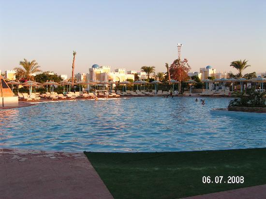 Mirage Bay Resort & Aquapark Lilly Land: Large Pool ara in the evening
