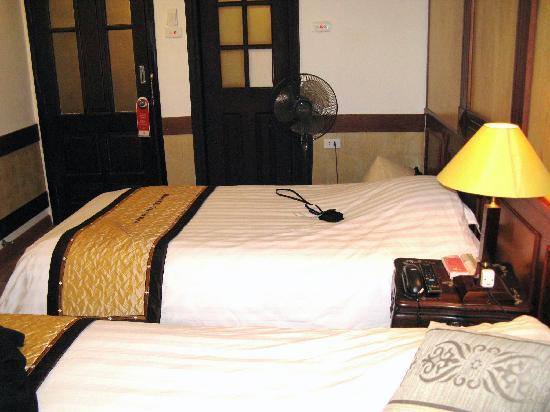 """โรงแรมฮานายโอลด์ควอเตอร์: Hanoi Old Quarter Hotel """"Twin Suite"""" view from window - note door with glass panels"""