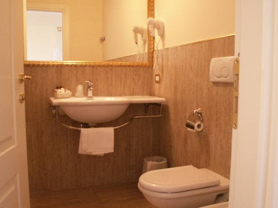 Grand Hotel Cadenabbia: bathroom