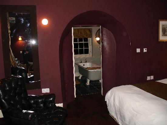The Castle Inn: Bedroom through to bathroom