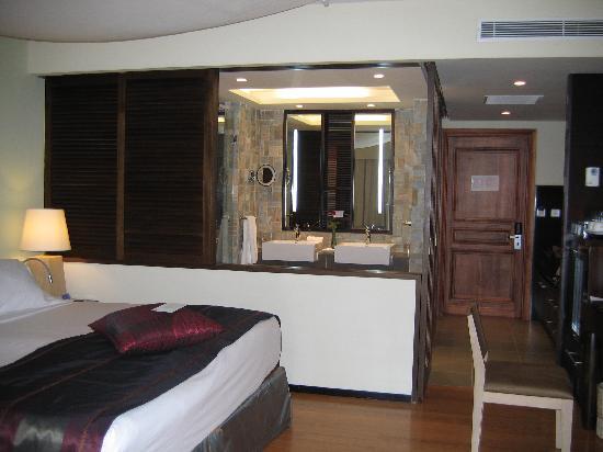 La salle de bain s\'ouvre sur la chambre. Derrière elle se trouve un ...