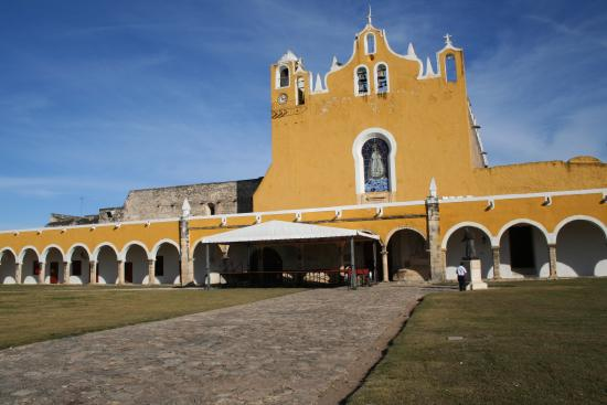 Hotel Macanche Bed & Breakfast: The beautiful church in Izamal